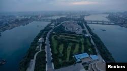지난 2011년 9월 촬영한 북한 평양의 골프장 (자료사진)