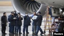 Un investigador japonés carga una batería retirada de uno de los aviones Dreamliner.