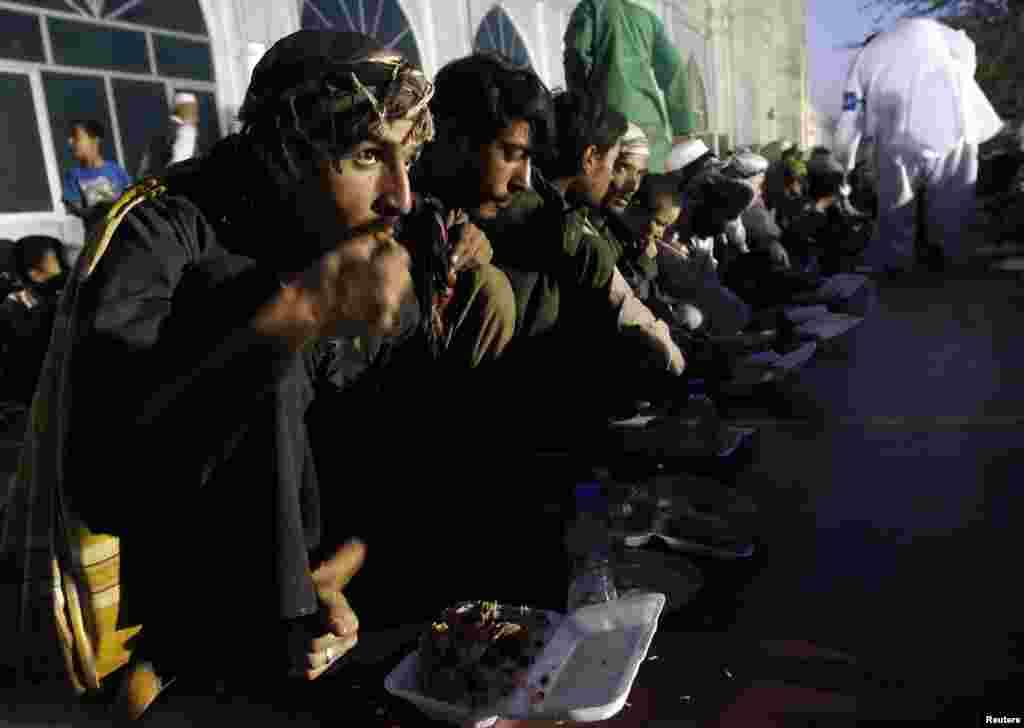 Afganlar iftar yemeğinde, Kabil, 22 Temmuz 2012