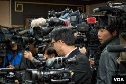 陆委会主委王郁琦辞职引发台湾媒体高度关注。(美国之音记者方正拍摄)