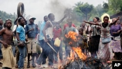 Demonstrators, protesting President Pierre Nkurunziza's decision to seek a third term, block a road in the village of Rwenza near Bujumbura, Burundi, May 5, 2015.