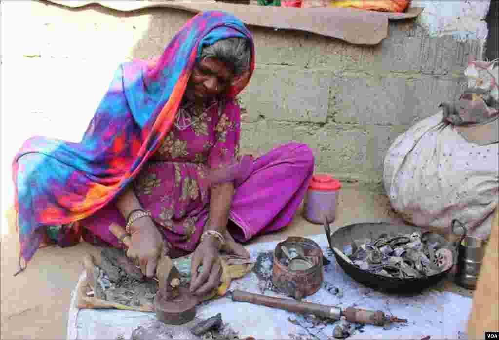 گاوں کی خواتین بھی کچرے سے نکلنےوالے لوہے کو مختلف اشیا سے نکالنے کا کام کرتی ہیں
