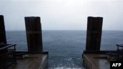 Mực nước dâng cao dọc bờ đê ở công viên Battery trong lúc bão Irene thổi qua New York, Chủ Nhật, 28/8/2011