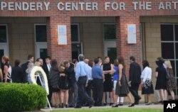 북한에 억류됐다 송환된 후 엿새만에 사망한 미국인 대학생 오토 웜비어 씨의 공개 장례식이 22일 고향 오하이오주 와이오밍 시의 모교에서 열렸다. 참석자들이 장례식장에 들어서고 있다.