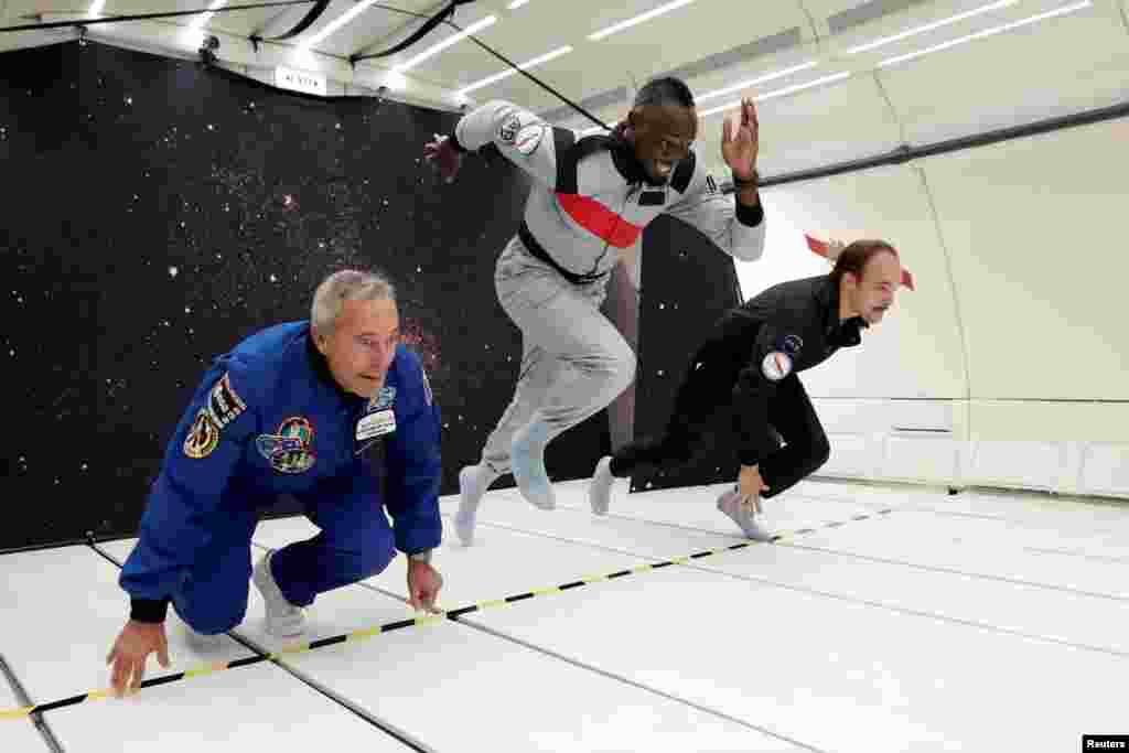 프랑스 여객기 에어버스를 개조한 'Zero-G' 무중력 항공기에서 육상선수 우사인 볼트(가운데)와 프랑스 우주비행사 출신 사업가 장-프랑소와 클레보이, 프랑스 디자이너 옥타베 드 가위가 달리기 시합을 하며 무중력 상태를 체험하고 있다.
