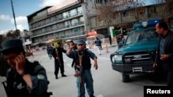 Cảnh sát Afghanistan canh gác tại một chốt kiểm soát dẫn tới Bộ Nội vụ ở Kabul, ngày 2/4/2014.