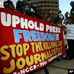 ການເດີນຂະບວນຮຽກຮ້ອງເອົາເສລີພາບດ້ານການ ຂ່າວ ຢູ່ຟີລິບປີນ ໃນວັນເສລີພາບດ້ານການຂ່າວໂລກ ຫລື World Press Freedom Day, ວັນທີ 3 ພຶດສະພາ 2011.