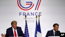 ປະທານາທິບໍດີສະຫະລັດ ທ່ານ ດໍໂນລ ທຣຳ ( ຊ້າຍ) ແລະປະທານາທິບໍດີຝຣັ່ງ ທ່ານເອມມານຸຍແອລ ມາກຣົງ ທີ່ກອງປະຊຸມນັກຂ່າວ ວັນທີ 26 ສິງຫາ 2019 ທີ່ເມືອງ Biarritz ພາກໃຕ້ຂອງປະເທດຝຣັ່ງ.
