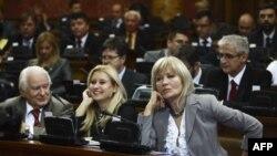 Dragoljub Mićunović i Nada Kolundžija iz DS-a, i Aleksandra Jerkov iz Lige socijaldemokrata Vojvodine na sednici parlamenta na kojoj je usvojena deklaracija o osudi zločina učinjenih nad pripadnicima srpskog naroda i građanima Srbije, 14. oktobar 2010.