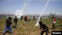 پناهجویان از مرزبانان مقدونیه خواستند که مرز را به روی شان بگشایند، اما پاسخ منفی بود.