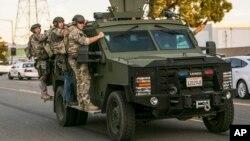 Cảnh sát tìm kiếm tại khu vực gần cảnh sát chặn chiếc SUV của hai nghi can ở San Bernardino, California, ngày 2/12/2015.