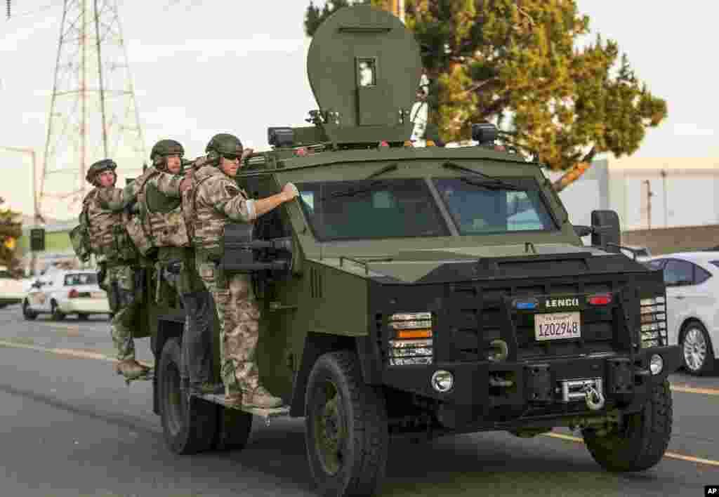 Polisi sedang menelusuri daerah di mana polisi memberhentikan mobil yang dicurigai di San Bernardino, California, 2 Desember 2015, setelah penembakan yang menewaskan 14 orang di sebuah kantor layanan sosial bagi warga difabel.