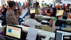 Suasana perekaman e-KTP di Surabaya (foto VOA/Petrus Riski).