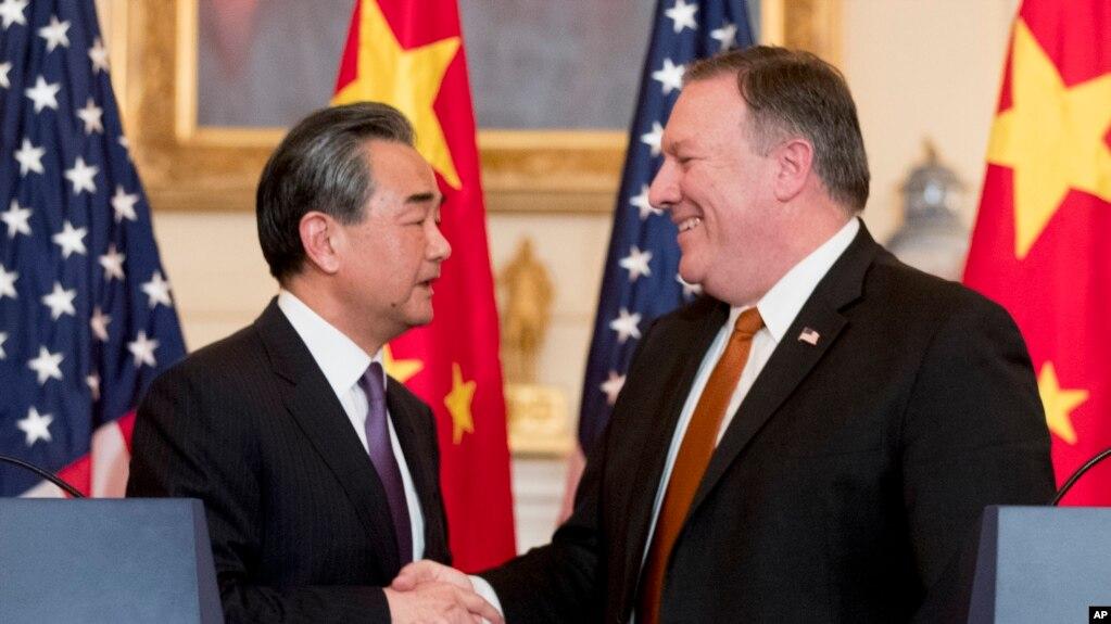 Tư liệu: Ngoại trưởng Mỹ Mike Pompeo và Ngoại trưởng/Ủy viên Quốc vụ viện TQ Vương Nghị tại cuộc họp báo ở Bộ ngoại giao Hoa Kỳ ở Washington, ngày 23/5/2018. (AP Photo/Andrew Harnik)