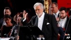Archivo - El cantante de ópera español Plácido Domingo actúa durante un concierto en la Plaza Roja de Moscú, Rusia, el 13 de junio de 2018.