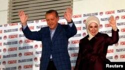 2014年8月10日土耳其总理埃尔多安和妻子向支持者致意