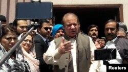 L'ancien Premier ministre pakistanais Nawaz Sharif à sa sortie du tribunal après sa comparution pour corruption à Islamabad, au Pakistan, le 17 avril 2018.