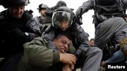 이스라엘 국경 수비 경찰과 팔레스타인 인들이 충돌을 하고 있다 (자료 사진)