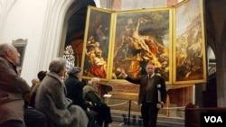 Seorang pemandu menjelaskan salah satu lukisan Peter Paul Rubens dalam pameran di Antwerpen, Belgia (foto: dok.).