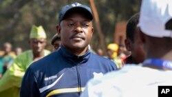Presiden Burundi Pierre Nkurunziza saat antri untuk memberikan suara dalam pilpres, Selasa (21/7). Nkurunziza memperoleh 69 persen suara dan terpilih kembali untuk masa jabatan ketiga.