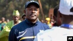 Le président burundais Nkurunziza attend de pouvoir voter à Ngozi, le 21 juillet 2015. (AP Photo/Berthier Mugiraneza)