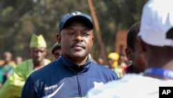 21일 부룬디의 피에르 은쿠룬지자 대통령이 대선 투표를 하기 위해 줄 서 기다리고 있다.