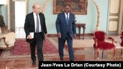 Le ministre français des Affaires étrangères, Jean-Yves Le Drian, reçu par le président ivoirien Alassane Ouatarra, à Abidjan, Côte d'Ivoire, 18 octobre 2018. (Twitter/ Jean-Yves Le Drian)