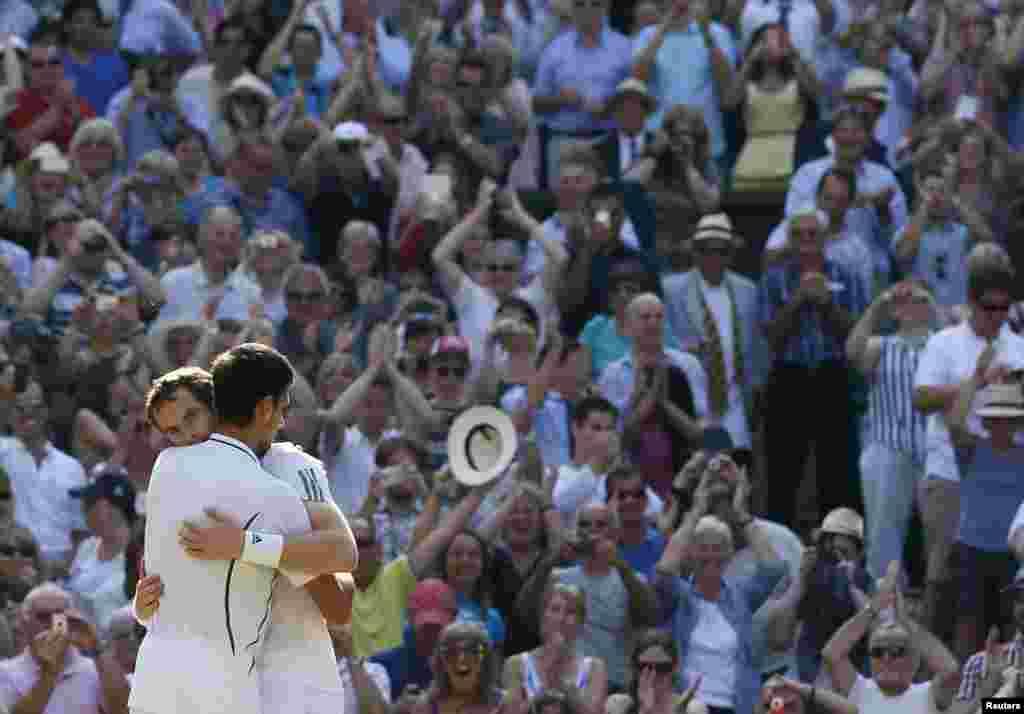 برطانیہ کے اینڈی مرے نے سال کے تیسرے گرینڈ سلیم ٹینس ٹورنامنٹ ومبلڈن میں سربیا کے نواک جوکووچ کو شکست دے کر 77 سال بعد اپنے ملک کے لیے یہ اعزاز جیتا۔