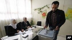 一名选民12月12日在大马士革投票