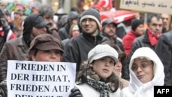 """Münih'te """"Yurtta Barış-Dünyada Barış"""" pankartıyla terör karşıtı gösteri yapan Türkler"""