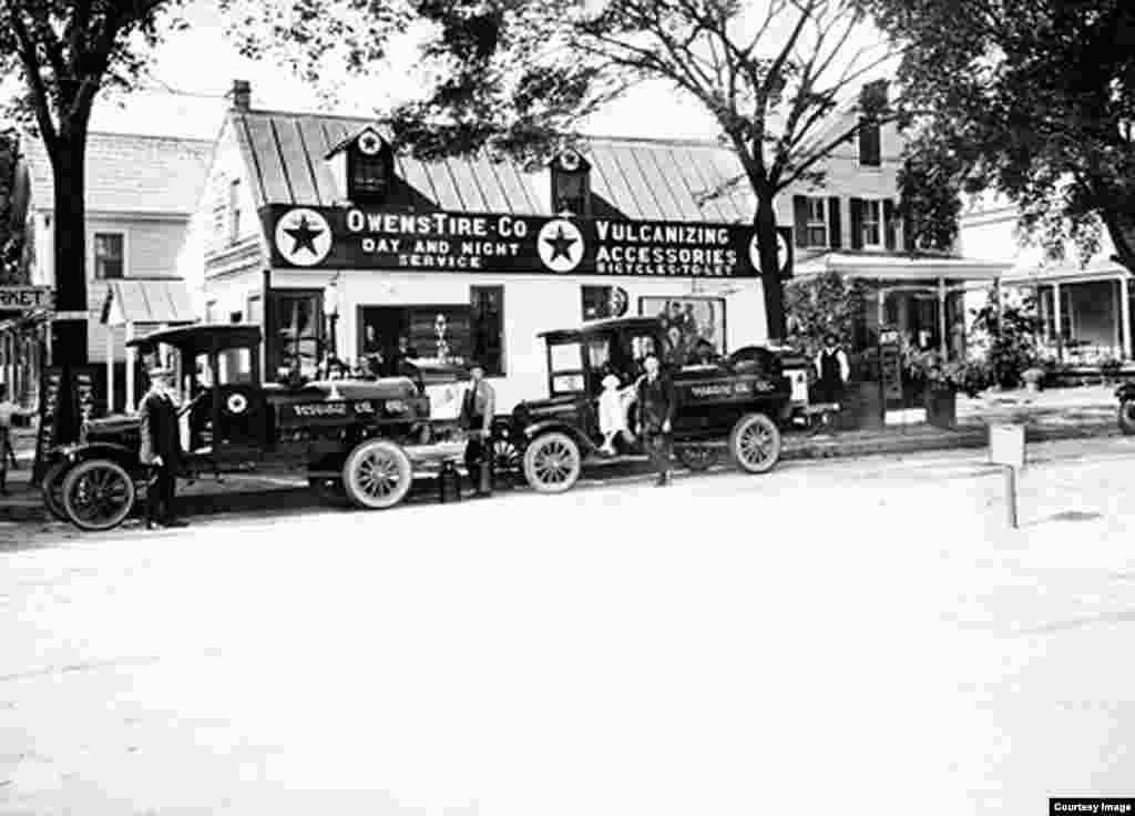 Owens Garage, di sudut jalan Duke of Gloucester dan North Henry di Williamsburg, Virginia, pada 1920an, dihancurkan untuk mengembalikan Williamsburg ke akar sejarahnya. (Foto: Yayasan Colonial Williamsburg)