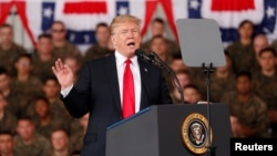 """도널드 트럼프 미국 대통령이 13일 캘리포니아주 샌디에이고 소재 미라마 해군기지를 방문해 장병들에게 연설하고 있다. 트럼프 대통령은 이 자리에서 """"우리는 지금 북한과 꽤 잘하고 있다""""면서 """"매우 긍정적인 뭔가가 나오기를 기대하고 있다""""고 밝혔다."""