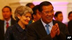 ນາຍົກລັດຖະມົນຕີ Hun Sen ຂອງກໍາປູເຈຍ ແລະ ທ່ານນາງ Irina Bokova, ຫົວໜ້າໃຫຍ່ຂອງອົງການ UNESCO ໄປເຖິງ ພິທີເປີດກອງປະຊຸມຄັ້ງທີ 37 ຂອງຄະນະກໍາມະການ ມໍລະດົກໂລກ ຢູ່ນະຄອນຫລວງພະນົມເປັນ, ວັນທີ 16 ມິຖຸນາ 2013.
