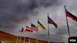 ორფოლოს პოლიგონზე სხვა პარტნიორებთან ერთად, აზერბაიჯანის დროშა ფრიალებს