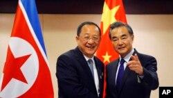 朝鲜外相李勇浩(左)在菲律宾马尼拉东盟外长会议期间与中国外长王毅举行会晤。(2017年8月6日)
