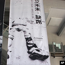 """台北市立美術館大廳懸掛的巨幅海報上寫著""""艾未未•缺席"""",人像的頭也缺席了。"""