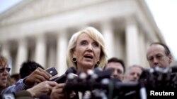 """La gobernadora de Arizona Jan Brewer reafirmó su idea de que el programa de Acción Diferida para los Llegados en la Infancia no es más que una """"amnistía clandestina""""."""
