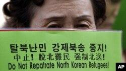 한국에 정착한 한 탈북자가 서울 중국대사관 앞에서 중국 정부의 탈북자 강제북송 중단을 요구하는 시위를 벌이고 있다. (자료사진)