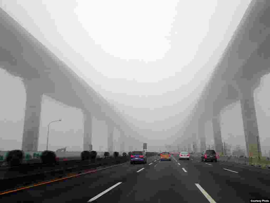 The newly built viaduct from Wuhu to Yangmei in Taiwan swathed in morning fog. (Photo taken by Tsao Shin Lin on Mar. 17, 2013/Taiwan/VOA reader)