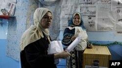 Phụ nữ Ai Cập chuẩn bị bỏ phiếu trong cuộc bầu cử quốc hội tại Cairo, ngày 28/11/2011