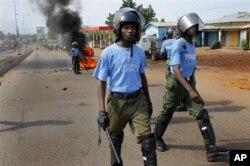 Des policiers guinéens face aux militants de l'UFDG de Cellou dalein Diallo