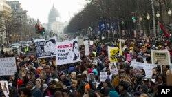在美國首都華盛頓特區,數千名抗議者沿著賓夕法尼亞大道向美國國會大廈行進。