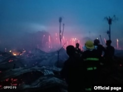 စစ္ေတြၿမိဳ႕နယ္မွာရွိတဲ့ အုန္းေတာႀကီးေျမာက္ေက်းရြာ ဒုကၡသည္စခန္းမွာ မီးေလာင္မႈမွာ မီးၿငိွမ္းသတ္ေပးေနၾကတဲ့ အရန္မီးသတ္တပ္ဖဲြ႔၀င္မ်ား။ (ဓာတ္ပံု - Rakhine Fire Force - ၾသဂုတ္ ၂၀၊ ၂၀၂၀)