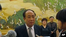Zhao Qizheng answering questions from the press