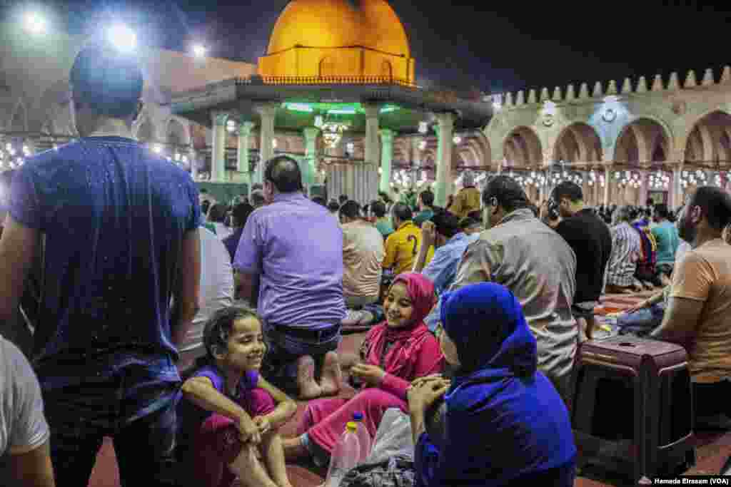 Young Muslim girls cut out from the prayers, which lasted for nearly four hours in Amru Ebn Alaas mosque in old Cairo, Egypt, June 21, 2017. (Hamada Elrasam/VOA)