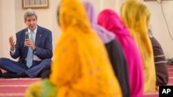 아프리카 지부티를 방문한 존 케리 미국 국무장관(왼쪽)이 6일 살만 모스크에서 지부티 젊은이들과 대화하고 있다.