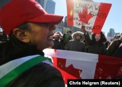 Seorang penentang (kiri) dari mosi pemerintah federal anti-Islamofobia M-103 berdebat dengan seorang pengunjuk rasa tandingan selama rapat umum di luar Balai Kota di Toronto, Ontario, Kanada 4 Maret 2017. (Foto: REUTERS/Chris Helgren)