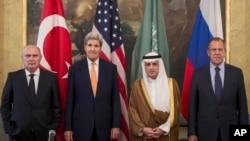 Từ bên trái: Ngoại trưởng Thổ Nhĩ Kỳ Feridun Sinirlioglu, Ngoại trưởng Mỹ John Kerry, Ngoại trưởng Ả Rập Xê-út Arabia Adel al-Jubeir và Ngoại trưởng Nga Sergey Lavrov trong cuộc họp ở Vienna ngày 23/10/2015.