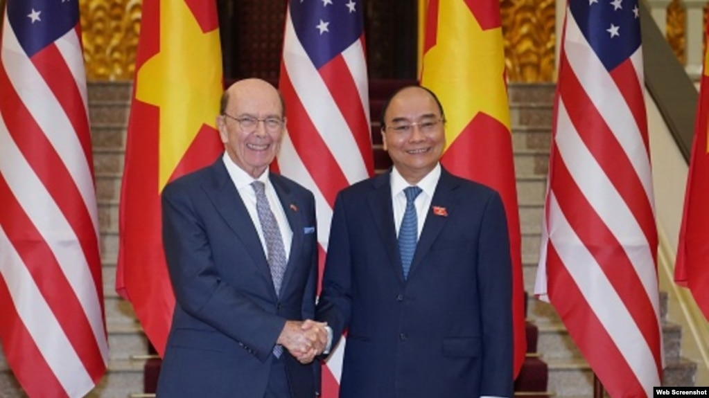 Bộ Trưởng Thương mại Hoa Kỳ Wilbur Ross và Thủ tướng Việt Nam Nguyễn Xuân Phúc tại Hà Nội, ngày 08/11/2019. Photo Chinhphu