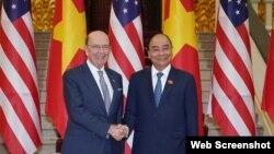 Bộ Trưởng Thương mại Wilbur Ross và Thủ tướng Việt Nam Nguyễn Xuân Phúc tại Hà Nội, ngày 08/11/2019. Photo Chinhphu